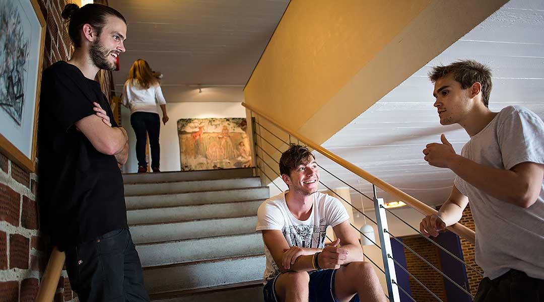 Tre unge mænd snakker om højskolens værdigrundlag