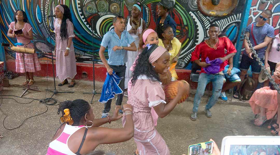 Afrikansk rumba i Callejo-de Hamel, Havana, Cuba. Foto: Bryan Ledgard (CC by 2.0)