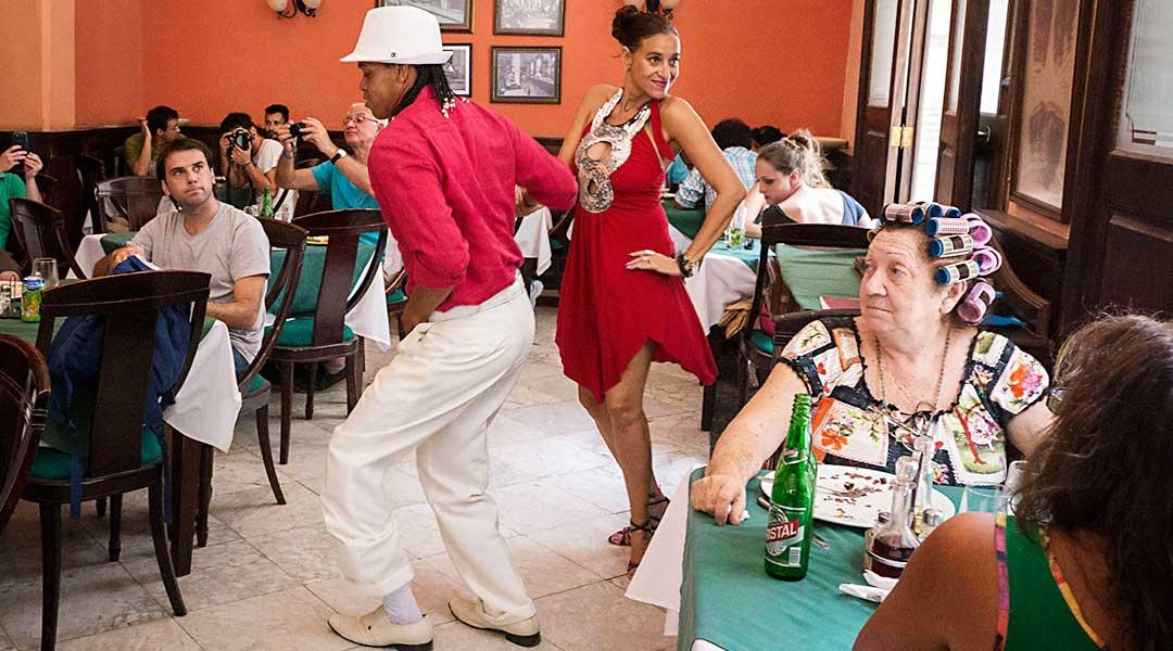 Dansere på cafe, Cuba. Foto: Bryan Ledgard (CC by 2.0)