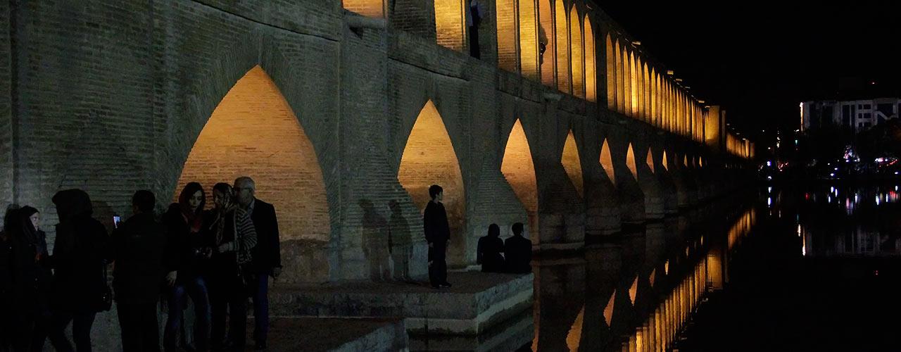 Bro i natbelysning