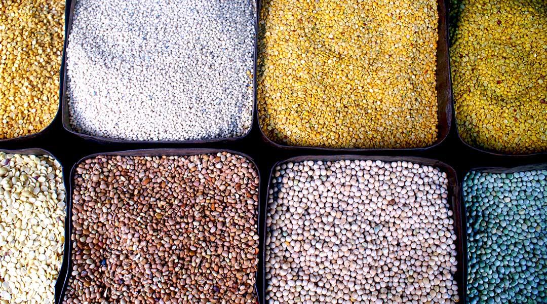 Farvestrålende udvalg af varer på markedet